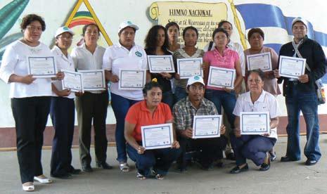 Figura 7. Profesores de Primaria recibiendo sus diplomas del curso de educación ambiental realizado por AMCITLAN y Geólogos del Mundo.