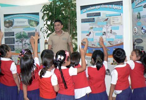 Figura 10. Escolares en el Centro de Visitantes de la Reserva Natural Laguna de Apoyo.