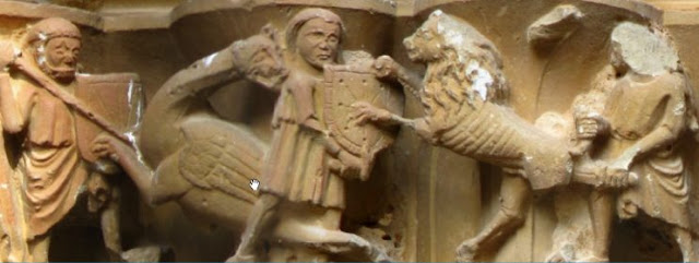 Figura 57. Dos guerreros portan escudos navarros en la portada de San Zoilo, siglo XIV. Cáseda (Navarra).