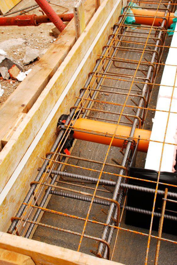 Los tubos naranjas sirven para ventilar el Radón del encofrado.